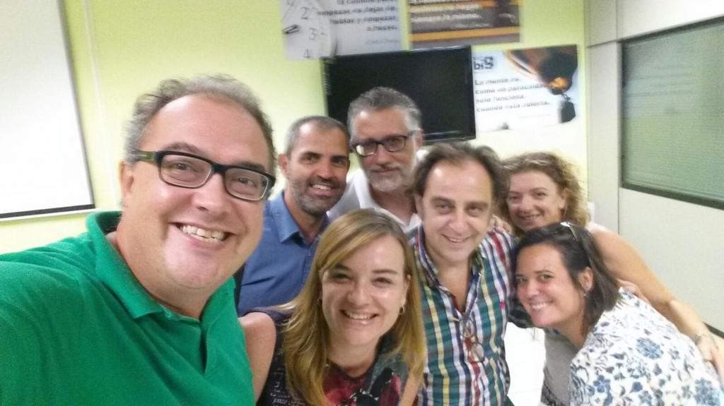 Grupo de voluntarios de la fundación telefónica reunidos en Alicante con San Rafael