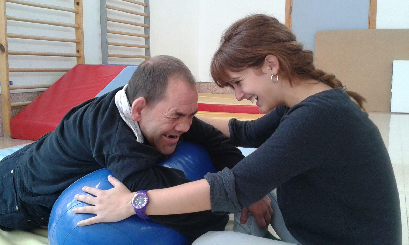 Irene y Vicente en una sesión de trabajo en fisioterapia.
